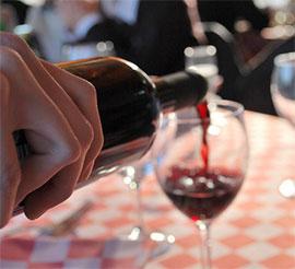 Il consumo di alcol tra amici: meglio soli o in compagnia?