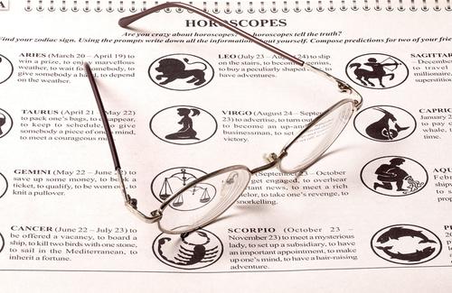 Perché amiamo tanto leggere l'oroscopo (soprattutto sotto l'ombrellone)